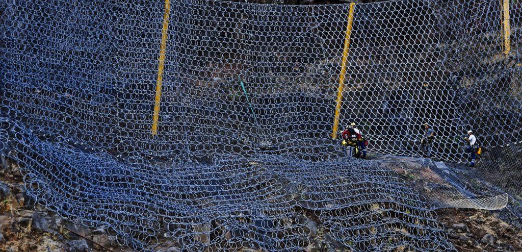 Pose de filtes sur la route du littoral;